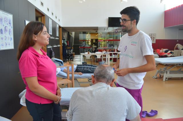 Técnico y fisioterapeuta con paciente