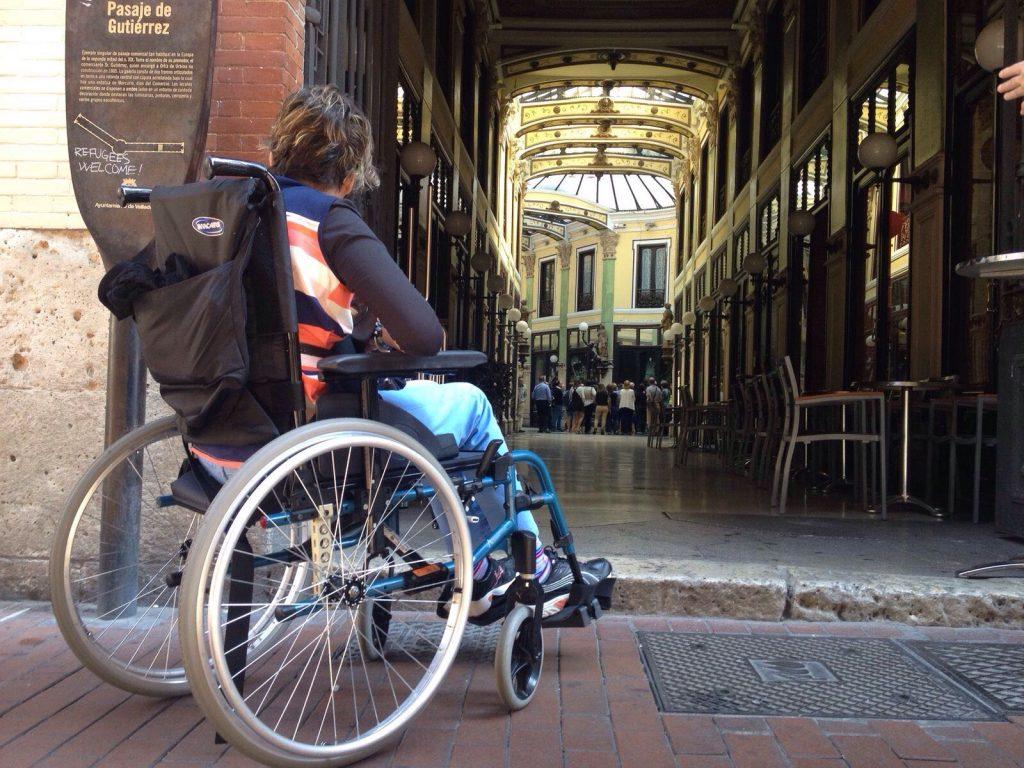 Bordillo inaccesible para silla de ruedas.