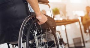 Persona en silla de ruedas desplazándose por su casa